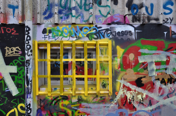 Finestra disordinato graffiti muro coperto vernice Foto d'archivio © sirylok