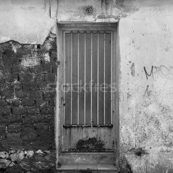 Porte brisé mur rouillée abandonné Photo stock © sirylok