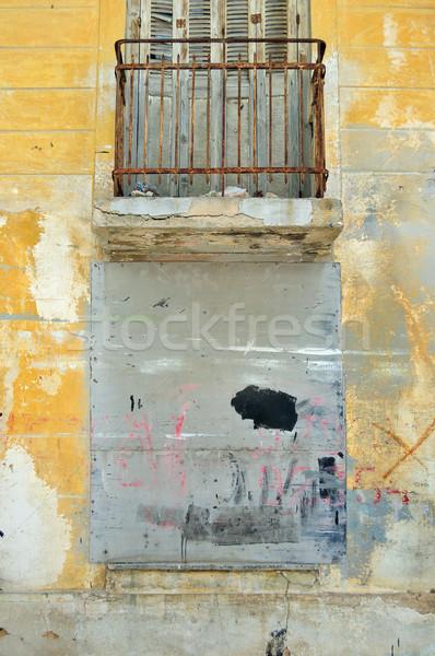 Para cima janela resistiu parede abandonado edifício Foto stock © sirylok