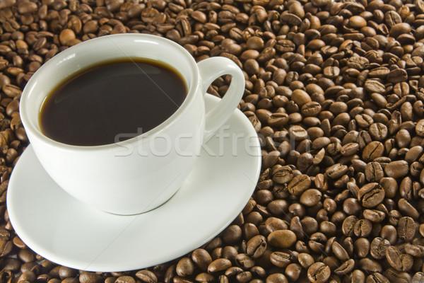 Zwarte koffie bonen koffiebonen beker koffie drinken Stockfoto © smoki