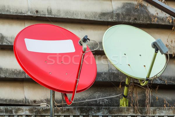 Satélite pratos vermelho verde antigo edifício casa Foto stock © smuay
