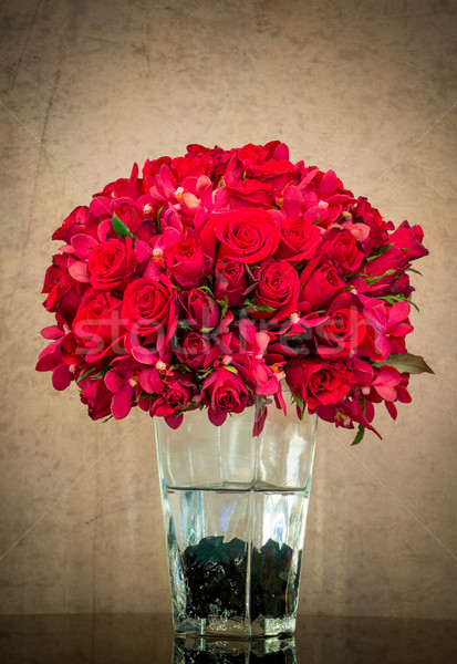 Bouquet Rose Red vetro vaso grunge muro Foto d'archivio © smuay