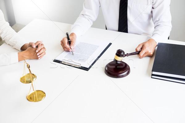 ストックフォト: ビジネスの方々 · 弁護士 · 契約 · 論文 · 座って
