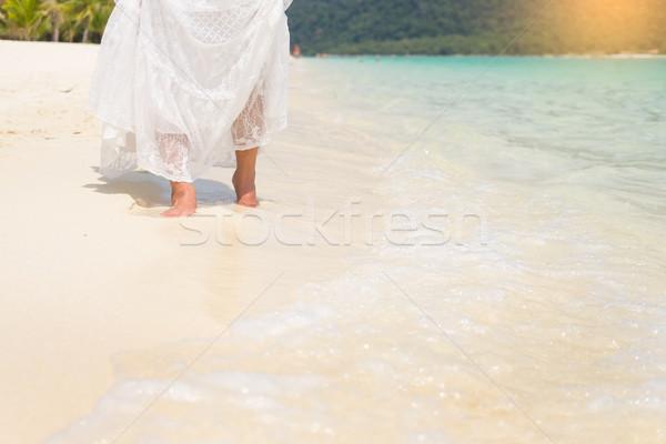 Schönen unbeschwert Frau entspannenden Strand genießen Stock foto © snowing