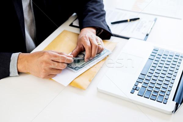 Hombre de negocios dinero mesa contabilidad negocios empresario Foto stock © snowing