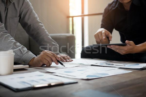 Grup de succes oameni de afaceri documente folosind laptop Imagine de stoc © snowing