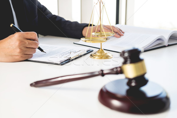 Foto stock: Abogado · juez · lectura · documento · tribunal · escritorio