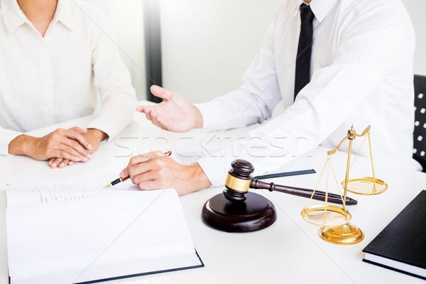 Geschäftsleute Rechtsanwälte Vertrag Papiere Sitzung Stock foto © snowing