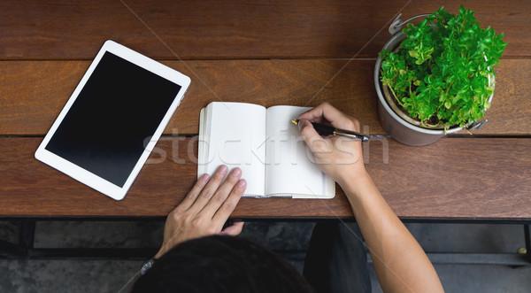 Uomo d'affari mano utilizzando il computer portatile scrivere nota ispirare Foto d'archivio © snowing