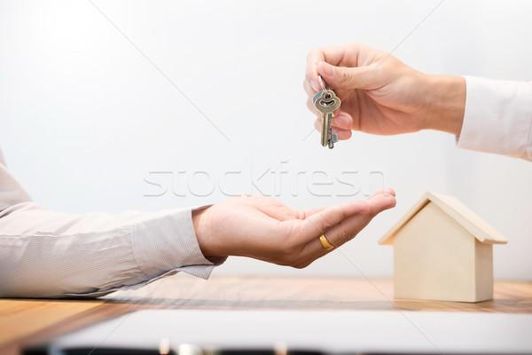 агент по продаже недвижимости костюм сидят дома ключами Сток-фото © snowing