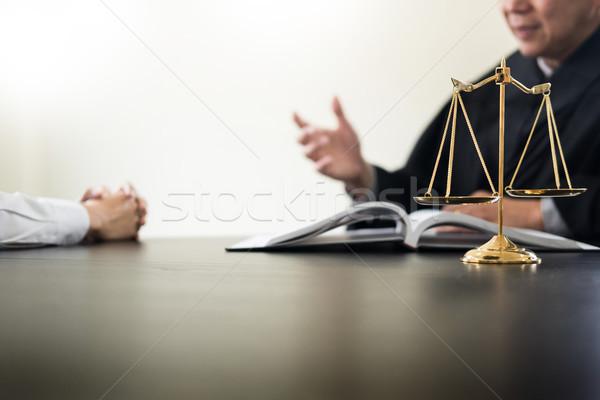 Zakenlieden advocaten bespreken contract papieren vergadering Stockfoto © snowing