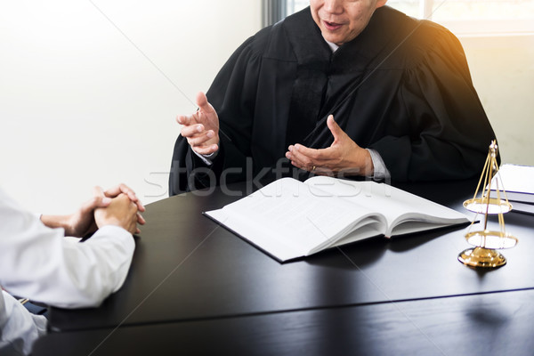 Gens d'affaires avocats contrat papiers séance Photo stock © snowing