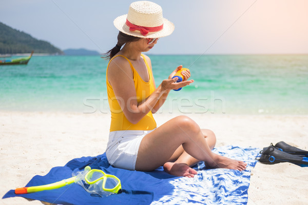 Bronzage lotion souriant jeune femme plage Photo stock © snowing
