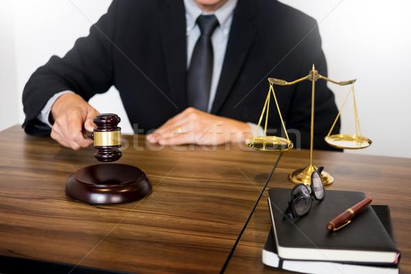 Männlich Richter Rechtsanwalt Gerichtssaal Hammer Tabelle Stock foto © snowing