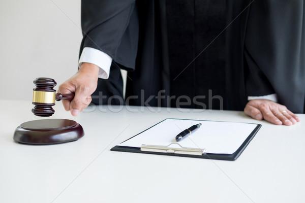 Mężczyzna sędzia adwokat sala sądowa młotek papieru Zdjęcia stock © snowing