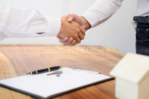 Stockfoto: Makelaar · handen · schudden · klant · contract · handtekening · geslaagd