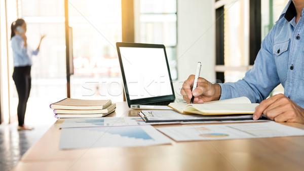 Geschäftsmann arbeiten Büro Laptop Tablet Grafik Stock foto © snowing