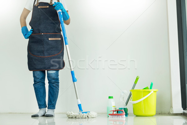 Jonge huishoudster schoonmaken vloer plastic Stockfoto © snowing