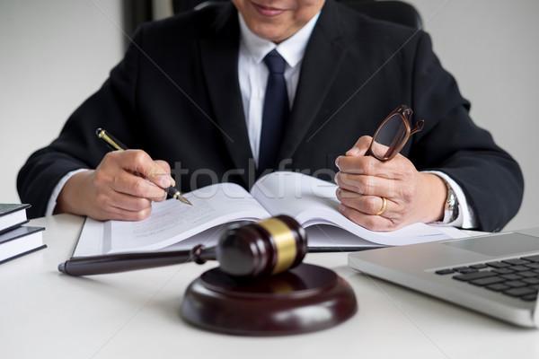 Advogado mão documento tribunal justiça lei Foto stock © snowing