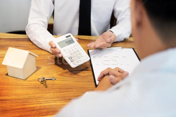 Ingatlanügynök mutat vétel ár számológép iroda Stock fotó © snowing