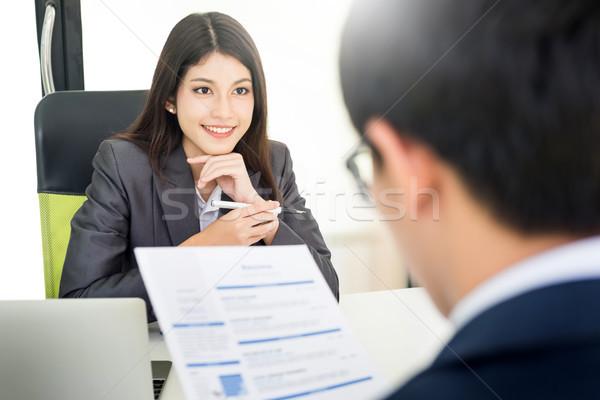 Vrouwelijke manager sollicitatiegesprek aanvrager naar cv Stockfoto © snowing
