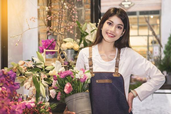 Foto stock: Las · mujeres · jóvenes · negocios · propietario · florista · ramo