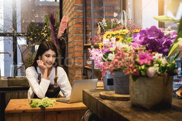 женщины флорист глядя ноутбука порядка борьбе Сток-фото © snowing