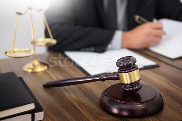 Foto stock: Abogado · mano · documento · tribunal · justicia · ley