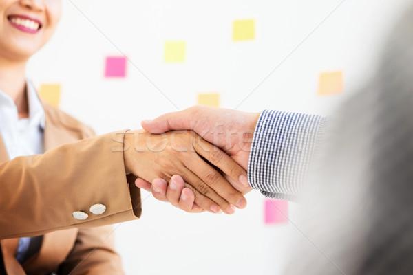 Dos hombre de negocios mujeres apretón de manos cumplir reunión Foto stock © snowing