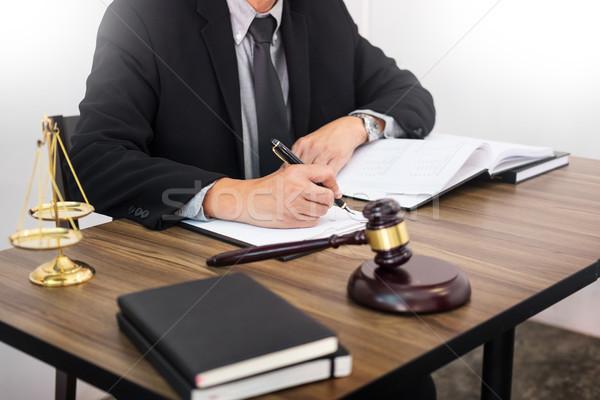 Avvocato mano documento giudice giustizia legge Foto d'archivio © snowing