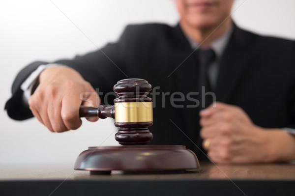 Männlich Richter Rechtsanwalt Gerichtssaal Hammer Computer Stock foto © snowing