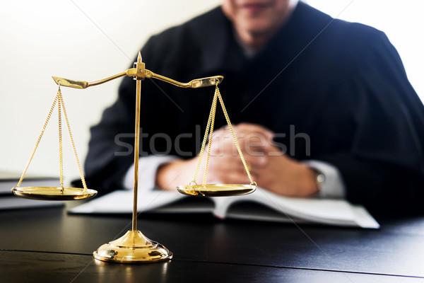 Advocaat rechter lezing documenten bureau Stockfoto © snowing