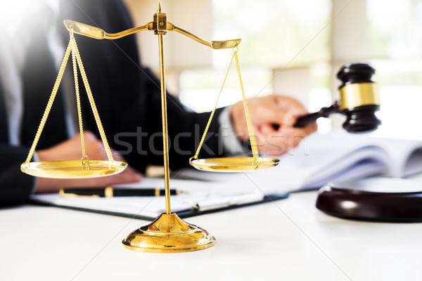 Stock foto: Männlich · Richter · Rechtsanwalt · Gerichtssaal · Hammer · home