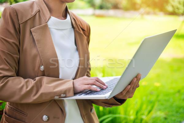 Stock fotó: üzletasszony · kéz · laptopot · használ · asztal · kert · üzlet