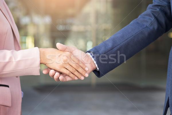 Foto stock: Primer · plano · amistoso · reunión · apretón · de · manos · mujer · de · negocios · empresario