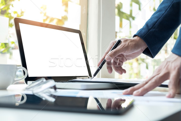 Homme d'affaires travail bureau portable comprimé graphique Photo stock © snowing