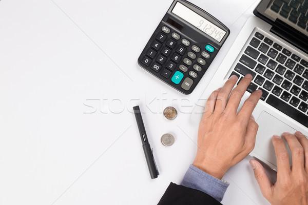 Zamyślony biznesmen posiedzenia otwarte laptop patrząc Zdjęcia stock © snowing
