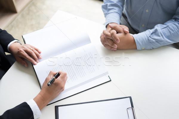 Ludzi biznesu prawnicy umowy kart posiedzenia Zdjęcia stock © snowing
