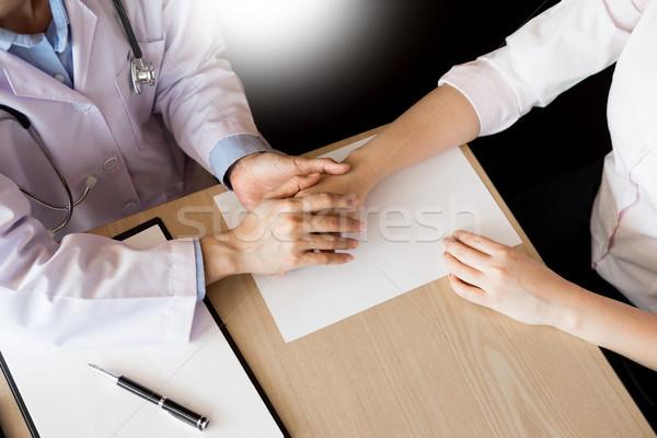 Paciente escuta médico do sexo masculino pergunta Foto stock © snowing