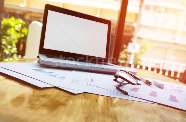 Oficina lugar de trabajo portátil gafas mesa de madera mujer Foto stock © snowing