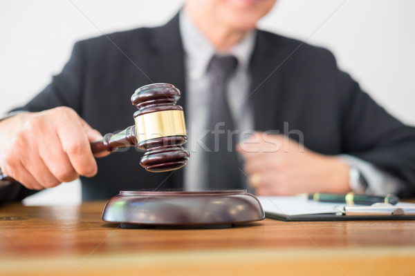 Homme juge avocat marteau ordinateur Photo stock © snowing