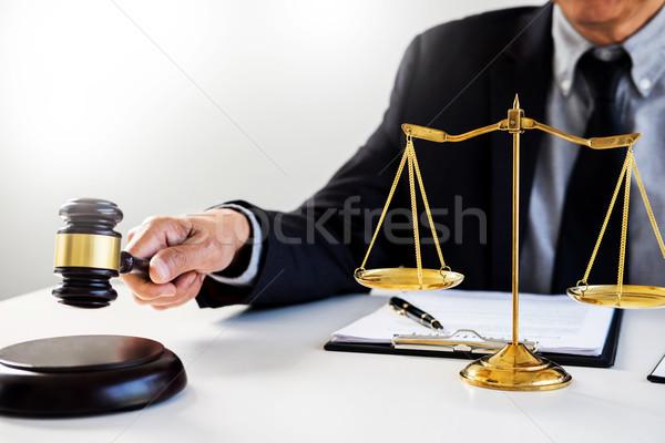 Männlich Richter Rechtsanwalt Gerichtssaal Hammer Haus Stock foto © snowing