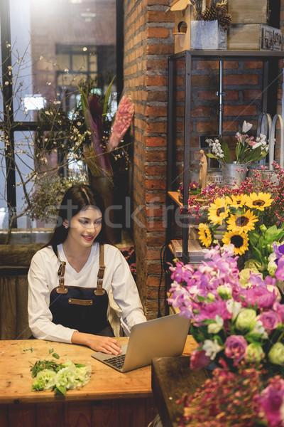 Vrouwen bloemist naar laptop om counter Stockfoto © snowing