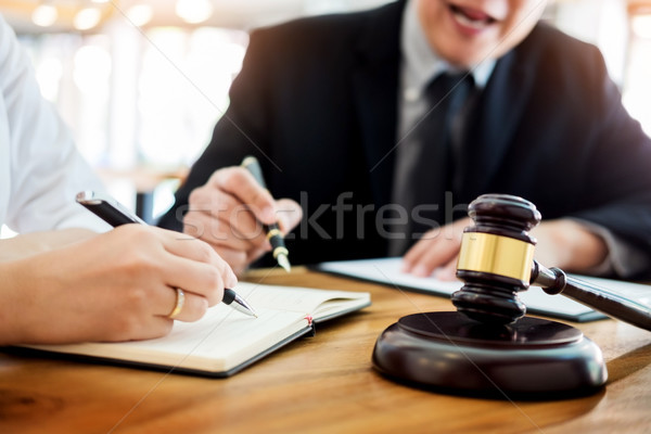 Photo stock: Gens · d'affaires · avocats · contrat · papiers · séance