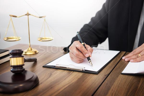 Foto d'archivio: Avvocato · mano · documento · giudice · giustizia · legge