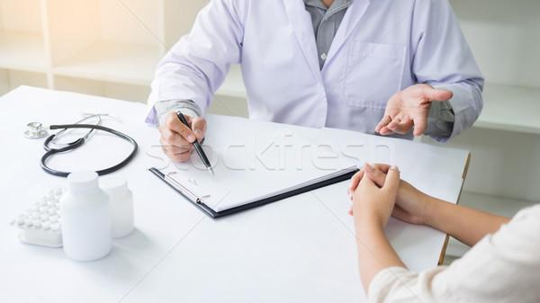 Patiënt luisteren mannelijke arts uitleggen vragen vraag Stockfoto © snowing
