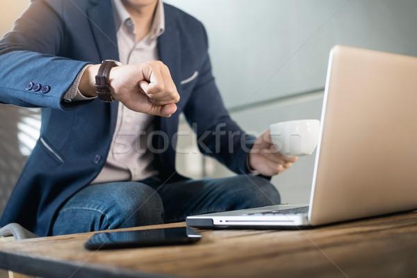Stockfoto: Knap · jonge · zakenman · werken · laptop · beker