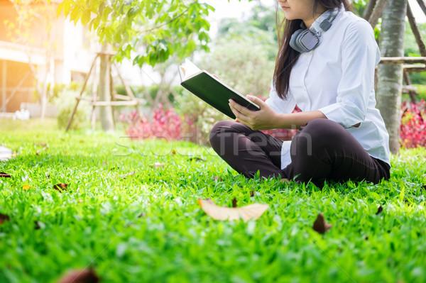 Csinos nyugodt fiatal gyönyörű nő olvas könyv Stock fotó © snowing
