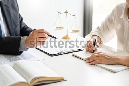 Rechtsanwalt Richter Lesung Dokument Gericht Schreibtisch Stock foto © snowing