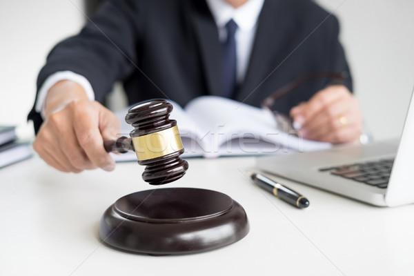 Männlich Richter Rechtsanwalt Gerichtssaal Hammer Buch Stock foto © snowing